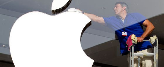 Un trabajador limpia el logotipo de Apple