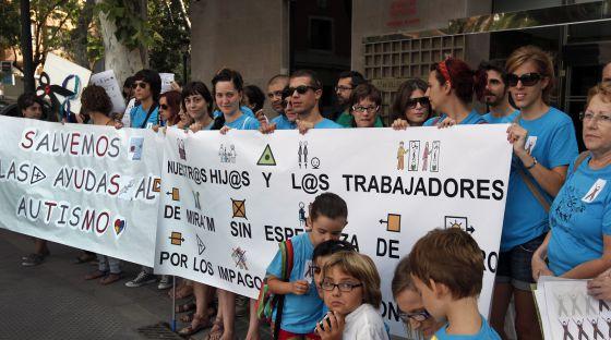 Protesta de trabajadores de la Fundación Mira'm y familias de niños con autismo por los impagos del Consell.