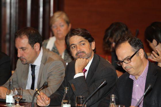 Oriol Pujol, en el centro, durante una comparecencia en el Parlament sobre el 'caso Palau'.