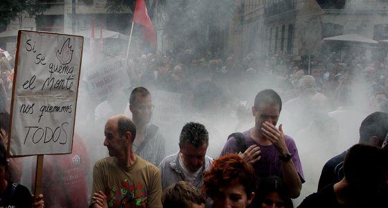 Los afectados por los incendios trajeron de nuevo el humo a Valencia.
