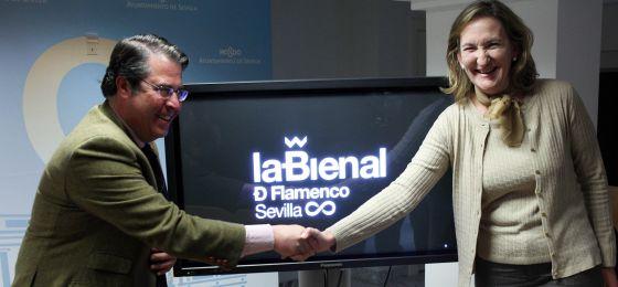 María del Mar Sánchez Estrella y Gregorio Serrano, concejal de Empleo, con la nueva imagen de la Bienal de Flamenco.