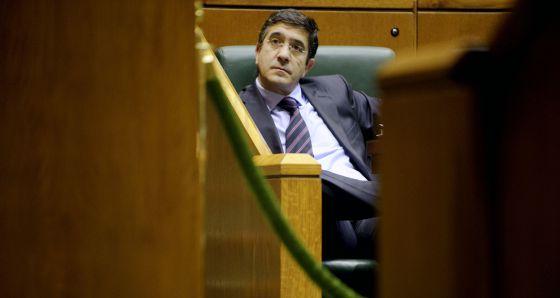 Patxi López sigue el pleno del parlamento desde su escaño.