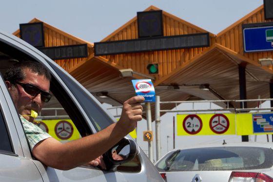 El copiloto de un vehículo, en la protesta frente al peaje de Mollet del Vàlles.