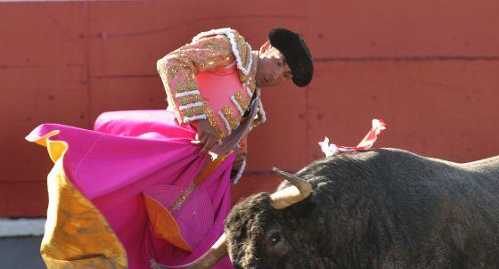 Serafín Marín en su primer toro.