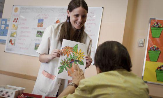 Una de las cuidadoras del centro para enfermos de Alzheimer Cuidem la Memòria de Barcelona.