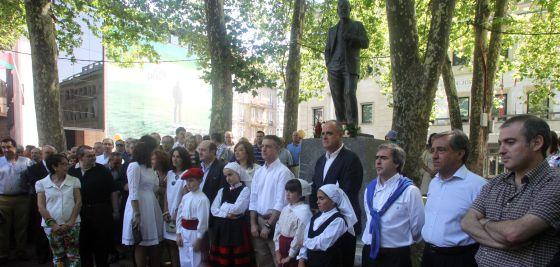 Miembros del Euskadi Buru Batzar, hoy, ante la estatua del fundador del PNV, Sabino Arana, en Bilbao.