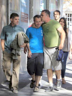 Ibazeta (en el centro) llegó a la Audiencia Nacional para declarar acompañado por amigos y compañeros.