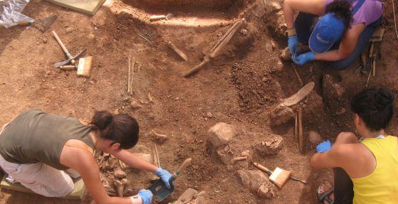 Historiadoras y arqueólogas desentierran restos de represaliados en la fosa común de Gualchos.