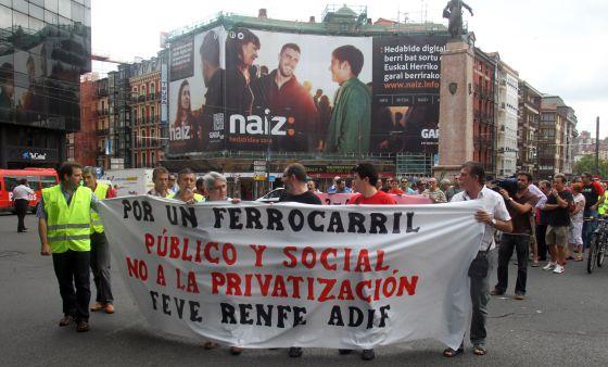 La cabecera de la manifestación convocada por la mayoría de los sindicatos, en la Plaza Circular de Bilbao.