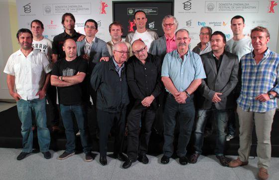 Rebordinos (en el centro, entre los cocineros Juan Mari Arzak —a su derecha y Pedro Subijana), junto a Struck (tras el director del Zinemaldia, con gafas), ayer con cocineros y responsables del programa.