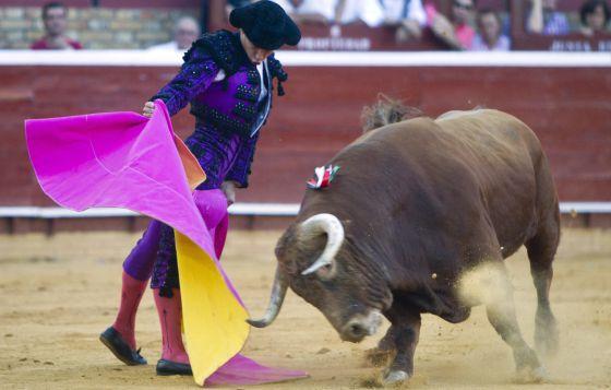 El Juli recibe con el capote a uno de los toros que lidió ayer.