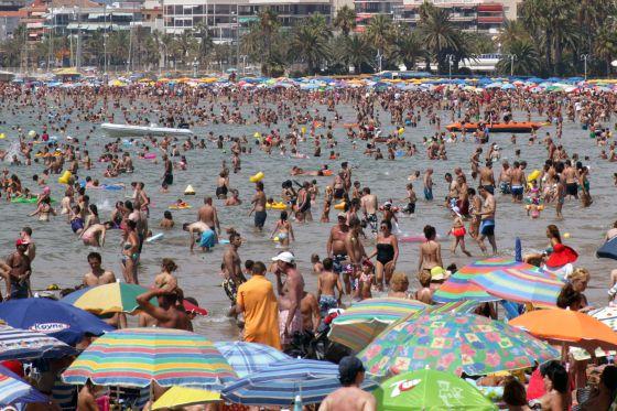 Los bañistas ayer llenaron la playa de Salou.