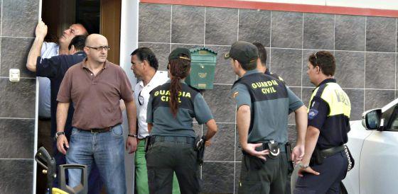 Varias personas, entre ellas tres agentes de la Guardia Civil, en la entrada de la empresa donde fue hallado el cadaver de Leire G.-B en Castro Urdiales.