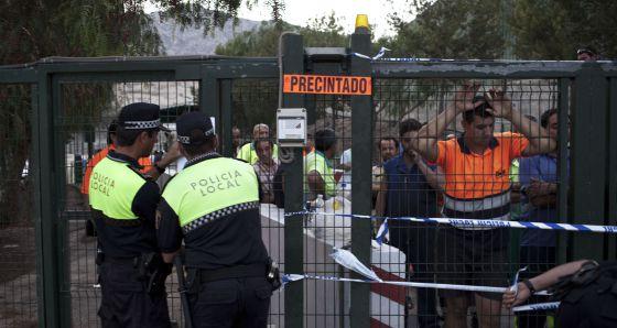 Agentes de la Policía Local precintan el acceso a la planta de La Murada.
