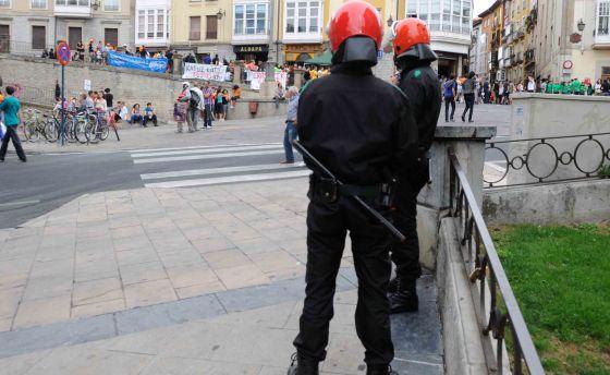 Dos ertzainas, en tareas de vigilancia en el centro de Vitoria.