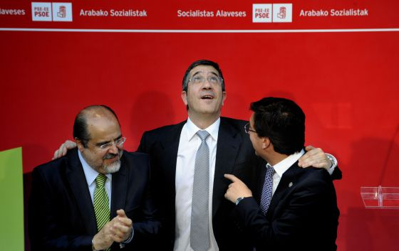 El 'lehendakari' López, entre sus compañeros Txarli Prieto (a la izquierda) y Patxi Lazcoz, en el mitin con el que los socialistas cerraron en Vitoria la camapaña de las elecciones municipales y forales del pasado año.