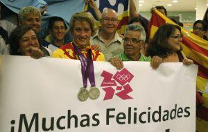 Mireia Belmonte, rodeada de familiares a su llegada a Barcelona