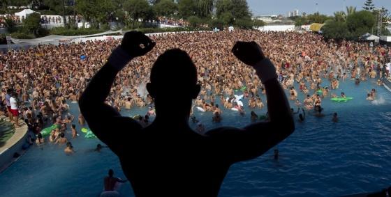 Imagen panorámica de los asistentes a la fiesta en Isla Fantasía que monta Circuit Festival en Isla Fantasía.