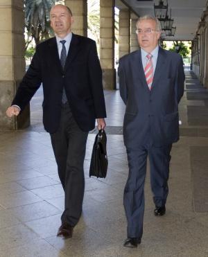 Antonio Fernández con su abogado en los juzgados de Sevilla.
