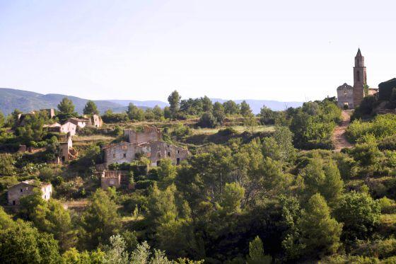 Panorámica de los restos abandonados del inquietante pueblo de la Pobla de Marmellar.