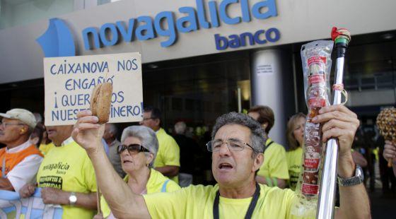 Protesta en ferrol por las preferentes galicia el pa s for Oficina caixanova madrid