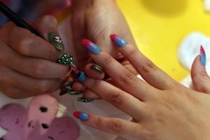 Sesión de manicura 'nail art'