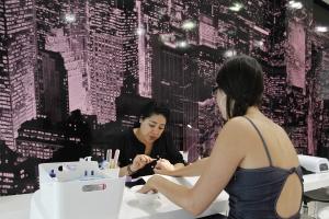 Sesión de manicura en el salón de belleza Nails Secret