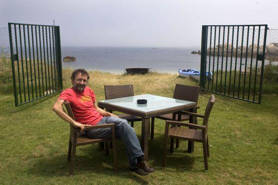 Miguel de la Cierva, en la terraza del Naútico de San Vicente do Mar.  CARLOS PUGA