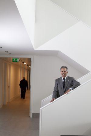 Ramón Gómez en la escalera del Proxecto Home Galicia.  XURXO LOBATO