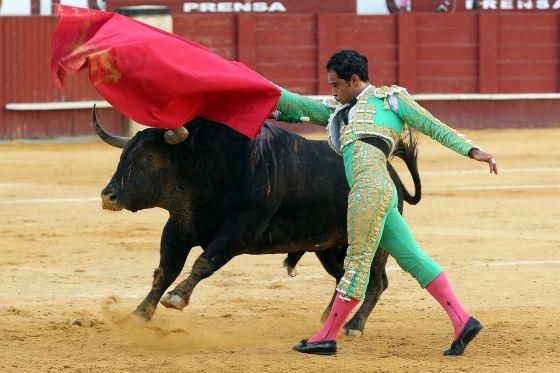 Luis Bolívar, con la muleta en el tercer toro de la tarde.
