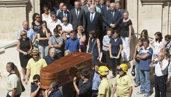 Brigadistas, bomberos, vecinos y políticos en el funeral del brigadista fallecido en el incendio celebrado en La Pobla del Duc.
