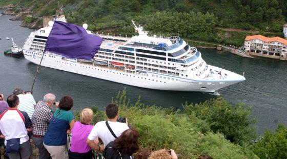 El crucero 'Azamara Journey' entra en la bocana del Puerto de Pasajes.