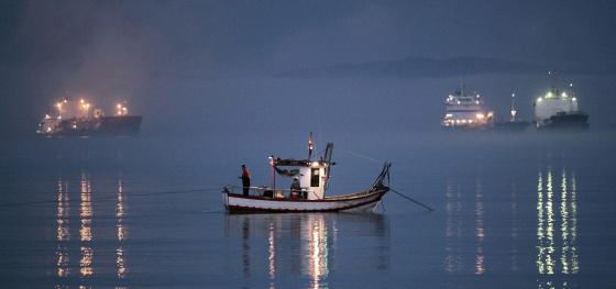 Un barco pescando en la madrugada del jueves al viernes en la bahía de Algeciras.