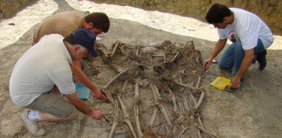 Limpieza de restos hallados en la fosa 3 de El Marrufo.