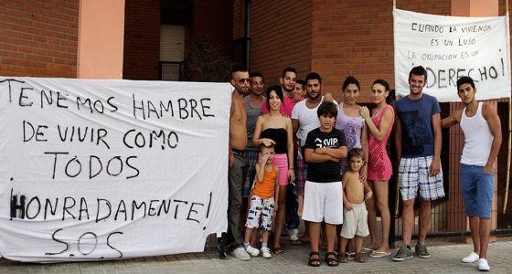 Algunos de los vecinos del barrio de Alfafar frente a las pancartas contra el desalojo.