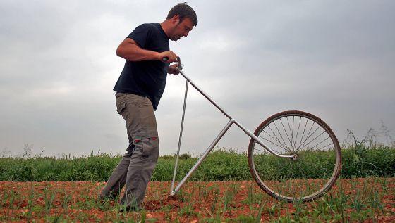 Un joven agricultor trabajando en su finca ecológica.