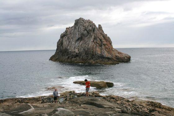 Rainer Kirberg (izquierda) y el productor Felipe Lage, en el archipiélago de Os Farallóns, en el municipio lucense de Cervo.
