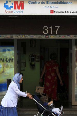 Una mujer pasa frente a un centro sanitario público en Madrid.