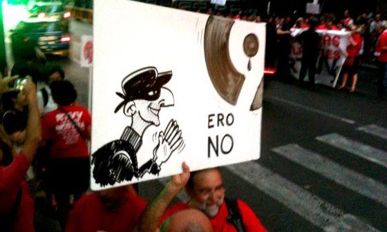 Trabajadores de Canal 9 esgrimen una pancarta contra el ERE.