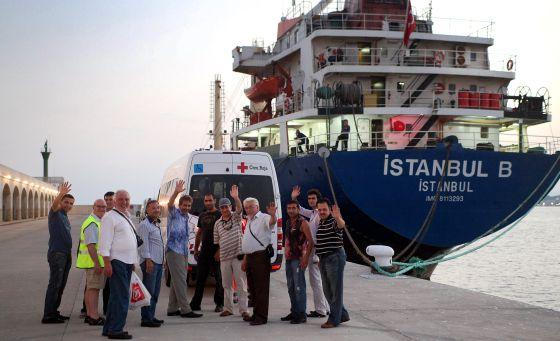 Los marineros del Istanbul B, antes de abandonar el puerto de Tarragona