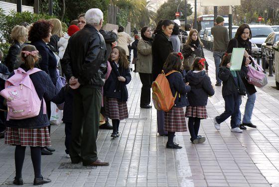 Alumnas del centro Guadalaviar de Valencia, a la salida del colegio.