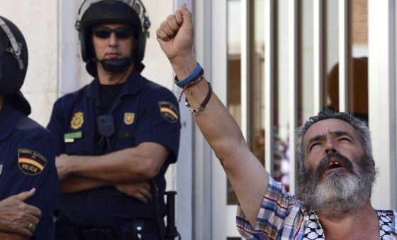 Sánchez Gordillo canta el himno de Andalucía frente a la Subdelgación del Gobierno.