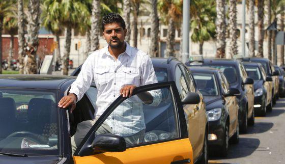 Dani Khan, taxista de origen paquistaní de 22 años, en la estación del hotel W