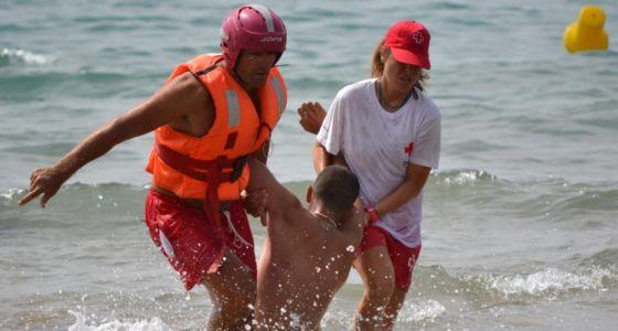 Un rescate de Cruz Roja en una playa valenciana.