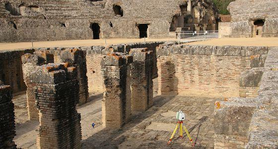 El escáner láser tomando medidas del anfiteatro romano de Itálica.