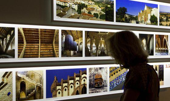 Varios de los 'cellers' modernistas en el montaje fotográfico de la exposición.