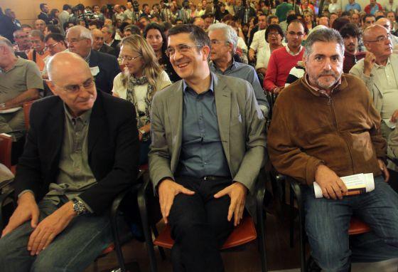 El 'lehendakari' López junto a Ares (izquierda) y Eguiguren (derecha) en un momento del Comité Nacional del PSE.
