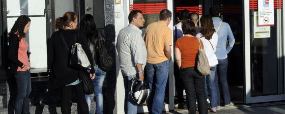 El paro golpea al sector servicios en madrid con for Oficina del inem madrid