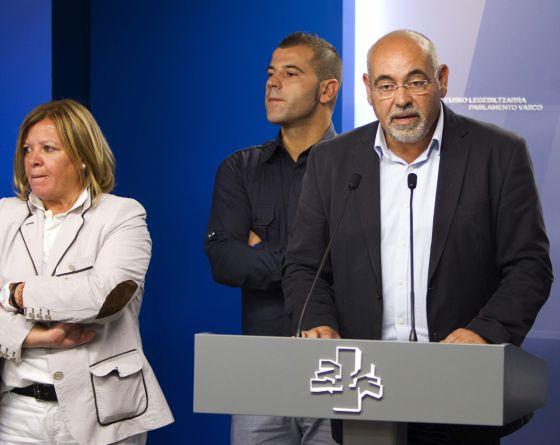 Pastor, en el Parlamento; detrás, Oscar Rodríguez.