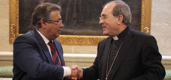 El alcalde de Sevilla, Juan Ignacio Zoido, tras firmar un convenio con el arzobispo de Sevilla, Juan José Asenjo.
